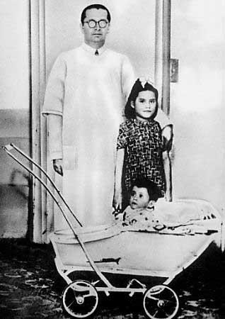 Lina Medina junto a su hijo y el medico