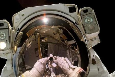 Astronautas que pierden cosas en el espacio