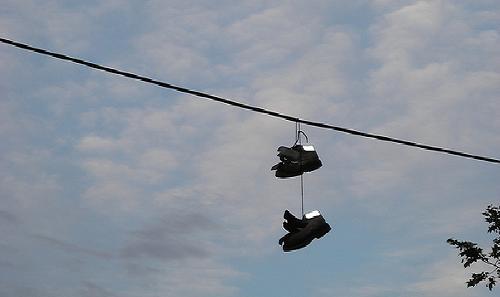 Colgando los zapatos de los cables de la luz for Zapateros colgados