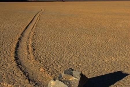 Las piedras navegantes del Valle de la Muerte