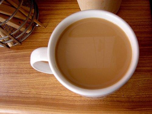 ¿Debemos añadir la leche al té o té a la leche?