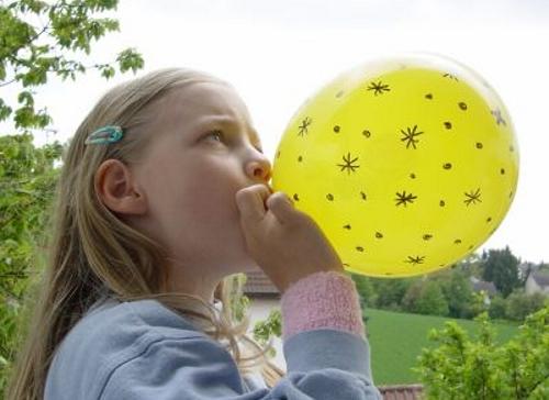 Niña con globo