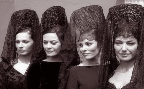Mujeres con mantilla española