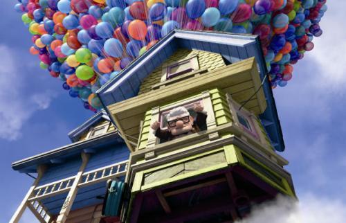 Puede volar una casa con globos y helio
